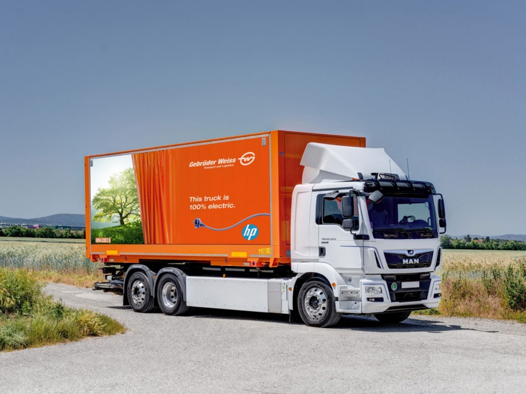 Gebrüder Weiss distributes HP products in Central and Eastern Europe with an electric truck (Source: Gebrüder Weiss / Jager)