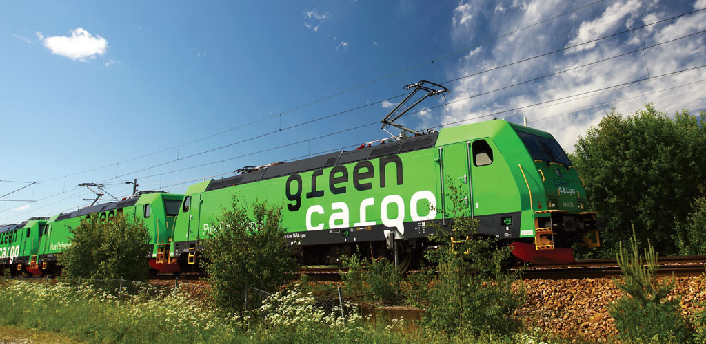 Green Cargo uses multipurpose wagons with floors that can be raised to create a double-deck.