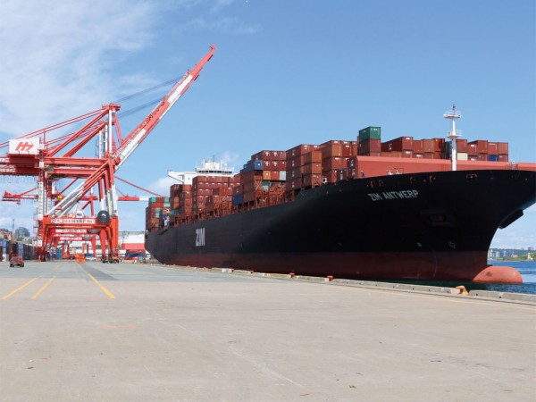 Containerships with over 10,000 TEU capacity are now calling at Halterm terminal in Halifax. (Photo y Steve Farmer)