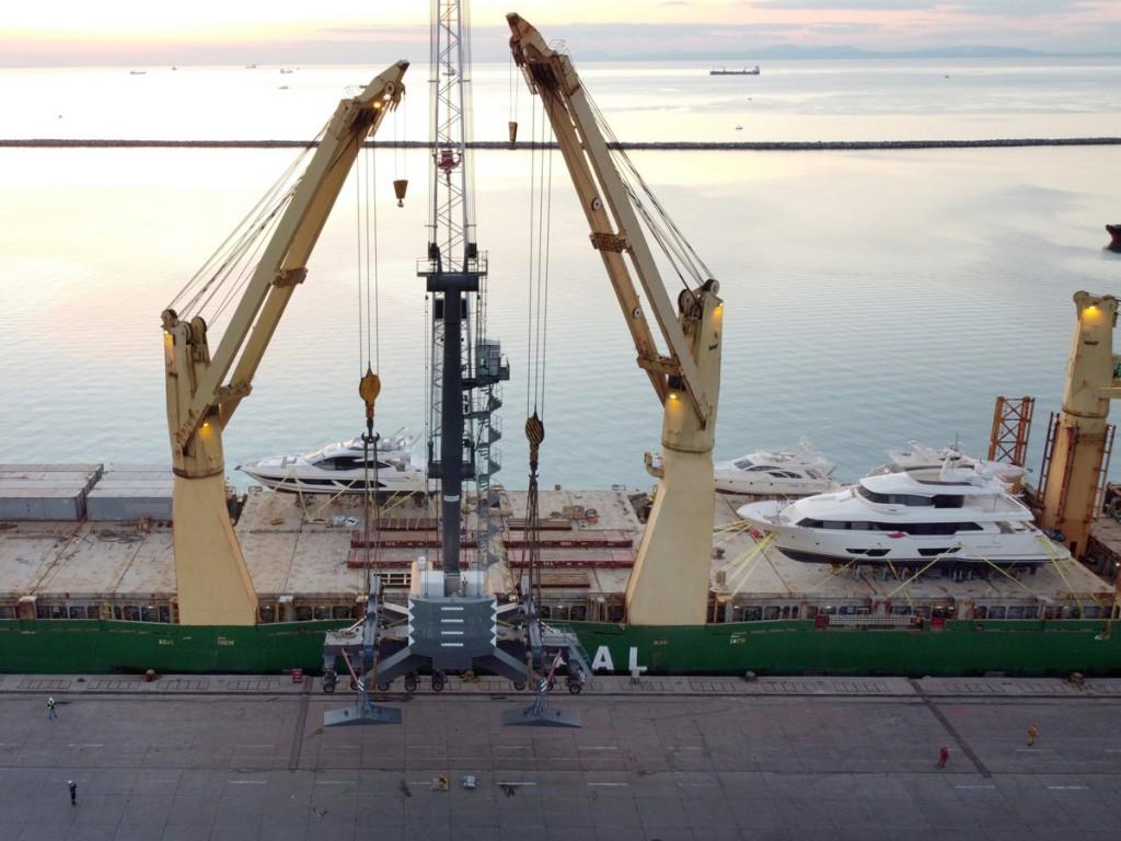 Crane in Iskenderun being Loaded