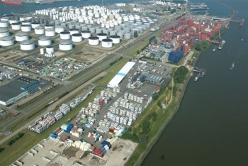 photo made by Aeroview): On the left the Oude Maasweg, on the right the Botlek/Oude Maas. The photo is taken looking north. Cetem/RBS/RMI is located to the north of the cross road to the sand jetty. The depot has had a jetty with light crane for empty containers for a few years now. The new jetty will come between the existing jetty and the sand jetty.