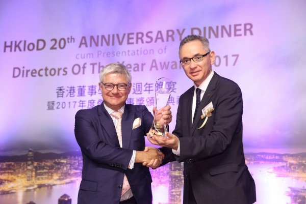 Mark Whitehead receives his award from Dr Christopher To, Deputy Chairman of The Hong Kong Institute of Directors (right).
