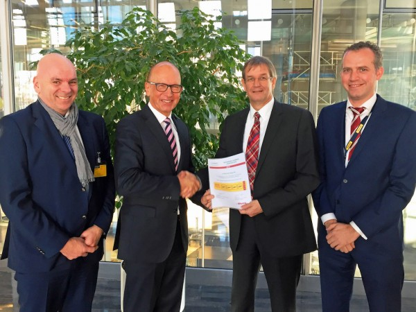 Ingo Alexander Rahn (c.r.), Global Head of Air Freight at DHL Global Forwarding, hands over the certificate to J. Florian Pfaff (c.l.), Area Manager Germany at Lufthansa Cargo. Also present: Christopher Biaesch (l.), Key Account Manager in the sales team for Germany at Lufthansa Cargo, and Henk Venema (r.), Senior Vice President – Global Head of Network Carrier Management at DHL Global Forwarding.