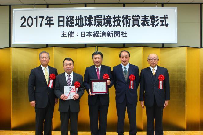 At the ceremony (MOL Managing Executive Officer Yoshikazu Kawagoe: third from left, MOL Techno-Trade President Hirokazu Hatta: second from left)