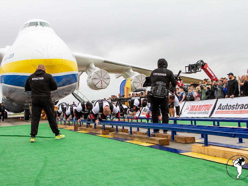 Antonov Airlines' AN-225, the world's largest and heaviest plane, was pulled 4.3 m in 73 seconds by eight Ukrainian strongmen two days after headlining Ukraine's 30th Independence Day air show celebrations.