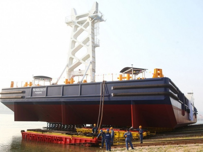 https://www.ajot.com/images/uploads/article/Damen-launches-Crane-Barge-in-Yichang-%281%29.jpg
