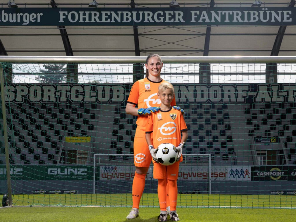 In the future, the women goalkeepers and the entire junior team will also play in orange Gebrüder Weiss jerseys. From the left: Janine Koretic, goalkeeper of the women's Bundesliga team; and Daris Nakic, junior player (Source: Gebrüder Weiss / Frederick Sams)