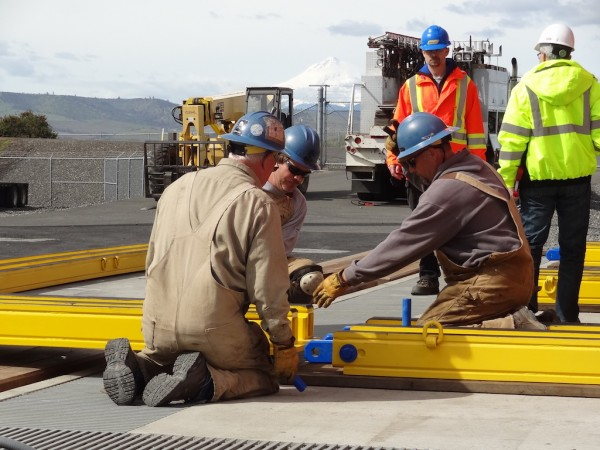 On-site in Oregon with the Bonneville Power rigging crew, the HT1000 Tri-Rail Skidding system is set up for a test move of a 671-ton fully dressed transformer. In the event of a transformer failure, the crew can quickly change out the failed transformer with an onsite spare using their Hydra-Slide equipment, saving time and mobilization costs.