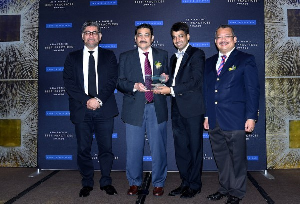 Ian James, Group Chief Executive Officer of MMC Port Holdings Sdn Bhd together with Shahrull Allam Shah, Chief Executive Officer of Johor Port Berhad receiving the award from Mr Ajay Sunder, Vice President of Frost & Sullivan Asia Pacific, and Dato' Sri Che Khalib Mohamad Noh, Chairman of Johor Port Berhad and Group Managing Director of MMC Corporation Berhad.