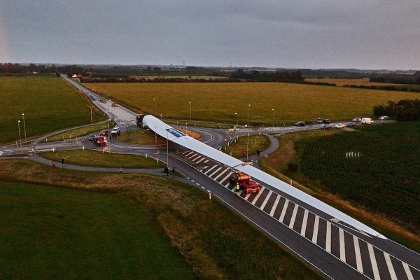 The blade passing a traffic roundabout. Photo credit: LM Wind Power