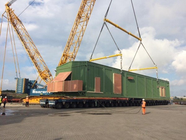 Sixty axles of self-propelled Kamag K2400ST trailers were used, from which the Terex CC2800-1 lifted the substation module and lowered it onto the vessel.