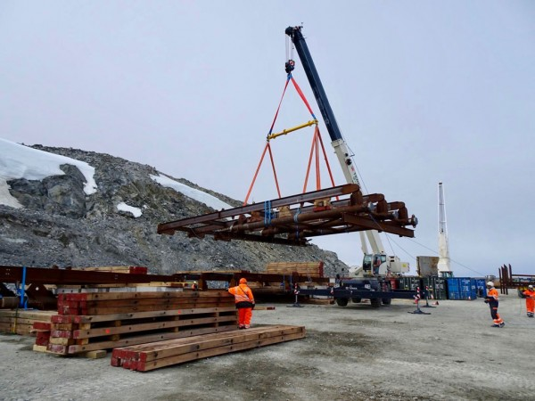 The rigging gear is being used with two 300t capacity crawler cranes and an 80t capacity mobile crane.