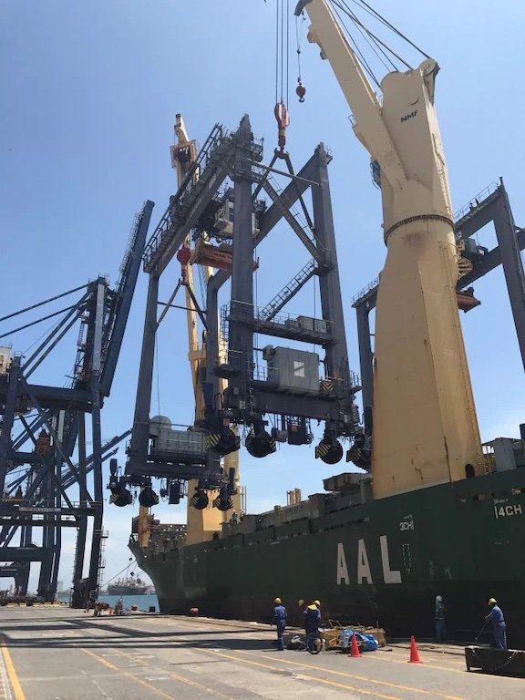 AAL Brisbane (A-Class: 31,000 dwt HL 'mega size' MPV) discharging Rubber-Tyred Gantry Cranes (RTGs) in Mexico.