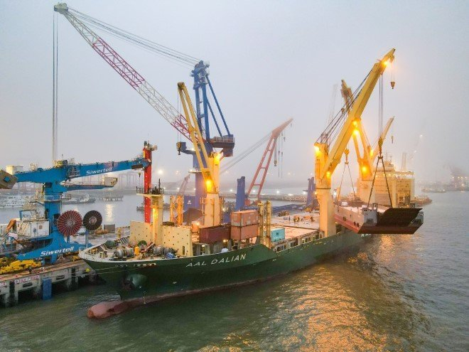 The barge being loaded onto the AAL Dalian in Taicang, China.
